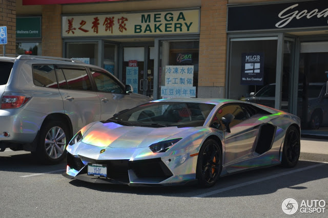 BMW M2 Cs >> Lamborghini Aventador Spotted In Mind-Warping Holographic Wrap